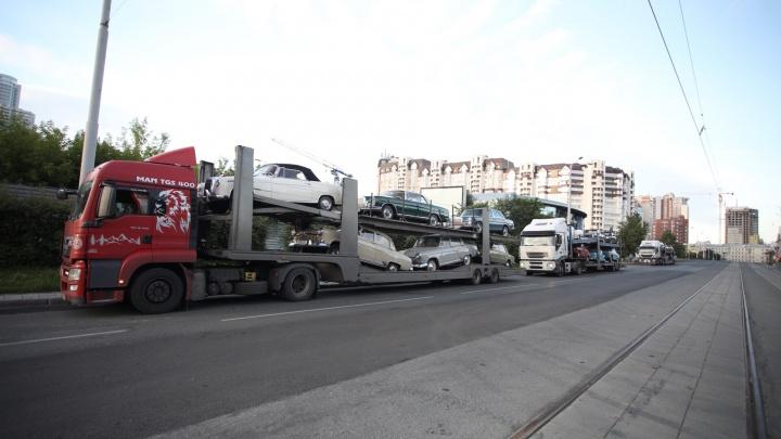 Ранним утром в Екатеринбург заехали три автовоза дорогущих ретромашин
