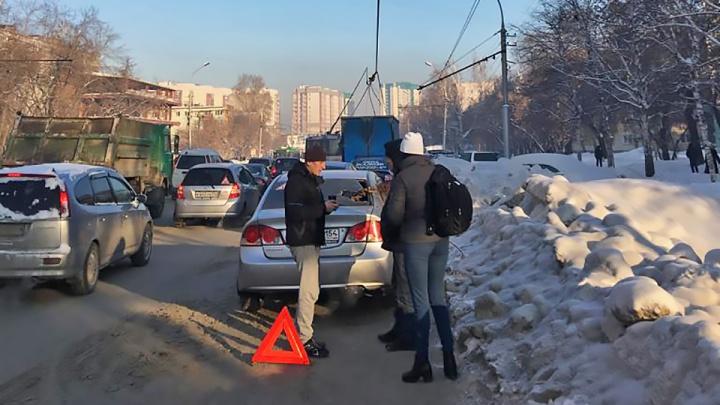 Оторвавшиеся рога троллейбуса пробили заднее окно «Хонды» на Бориса Богаткова