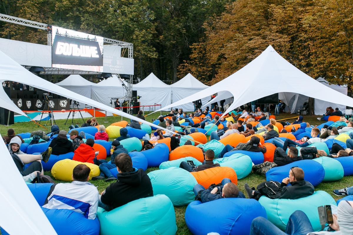 На фестивале можно было просто поваляться в креслах-мешках и послушать спикеров