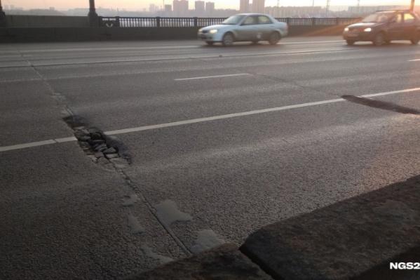 В январе корреспондент NGS24.RU заметил, что на только что отремонтированном Коммунальном мосту уже образовались ямы