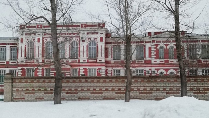 «Боимся, что потолки рухнут на наших детей»: в кадетской школе Урюпинска назрел очередной скандал