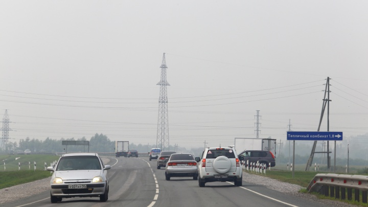 «В городе находиться невозможно»: новосибирцы массово жалуются на боли в горле и мигрень из-за дымки