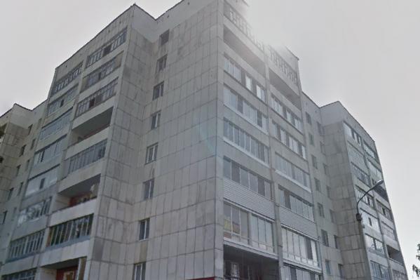 Тело обнаружено под окнами многоэтажного дома