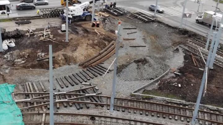 Уложили шпалы и рельсы: видеоблогер показал, как строят трамвайный поворот на «Самара Арену»