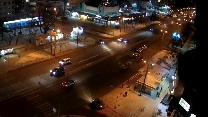 В ДТП с машиной ДПС в Челябинске тяжело ранен аварийный комиссар. Видео