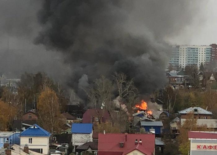 Огонь распространился на три частных дома