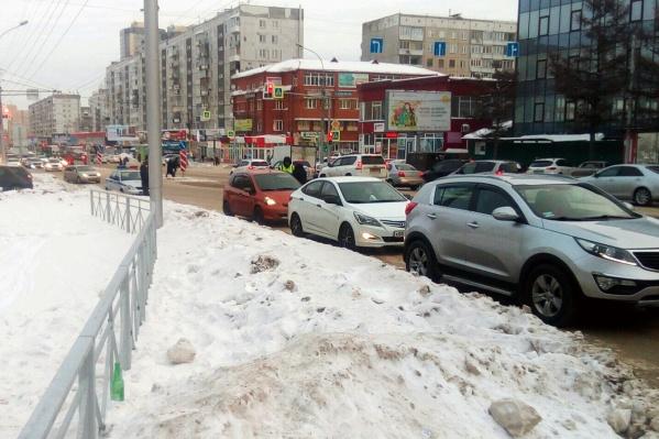 Экипаж полиции работает на углу улиц Бориса Богаткова и Федосеева