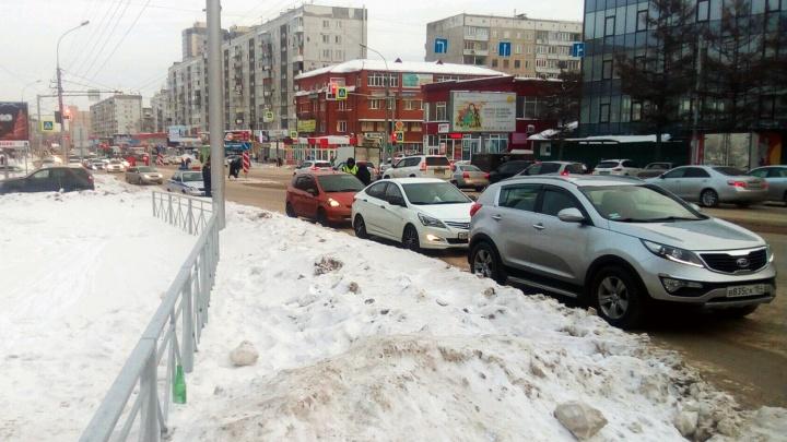 Автоинспекторы тормозят водителей на «Молодёжной» — остановленные машины заняли целую полосу