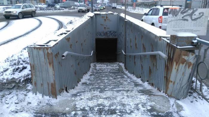Сам подземный переход обещали закрыть ещё в октябре, но местные жители утверждают, что он всё ещё открыт