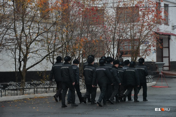 По словам жены одного из заключенных, они бунтуют против действий администрации