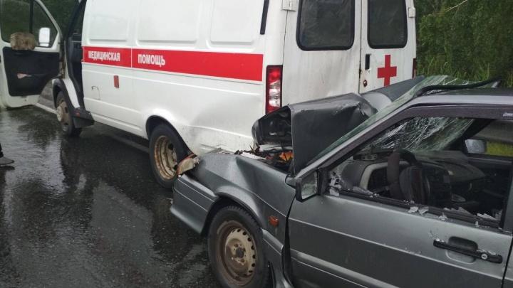 Под Тюменью «Лада» влетела в скорую: водителя и пассажиров легковушки увезли в больницу