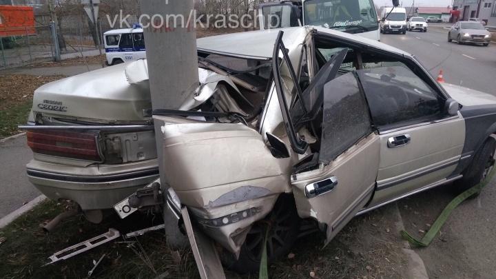 Nissan на летней резине разбился о столб