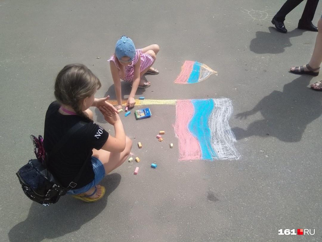 На День России дети рисуют флаг России — логично