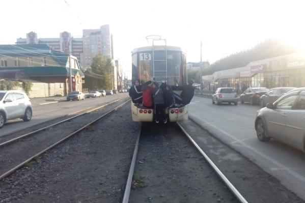 Несколько подростков проехались зацепившись за трамвай по улице Гурьевской недалеко от Октябрьского рынка