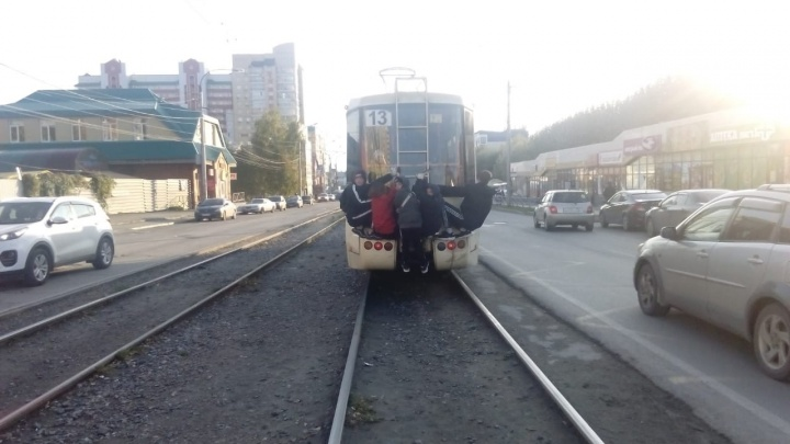 Пятеро подростков-зацеперов прокатились на трамвае № 13