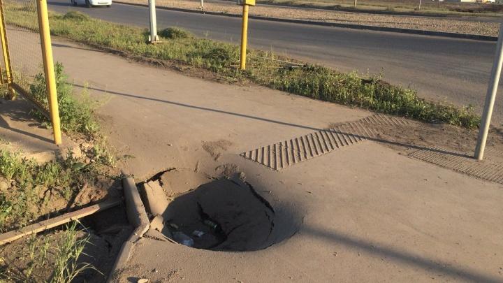 Жители «Кошелев-Парка» пожаловались на «кратеры» в асфальте и разбитые остановки
