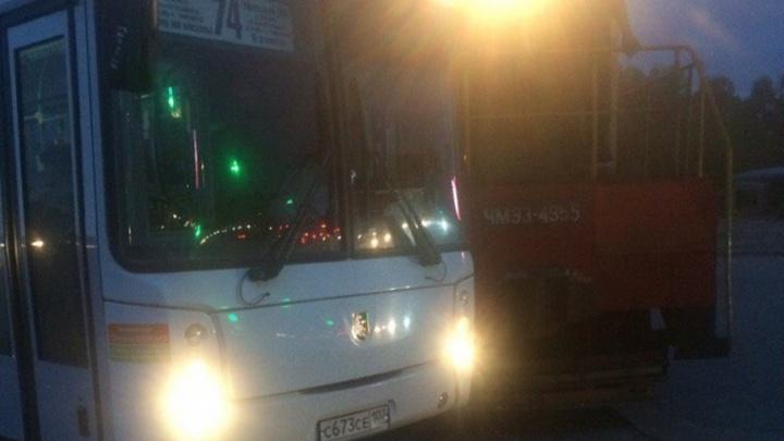 В Уфе поезд столкнулся с пассажирским автобусом