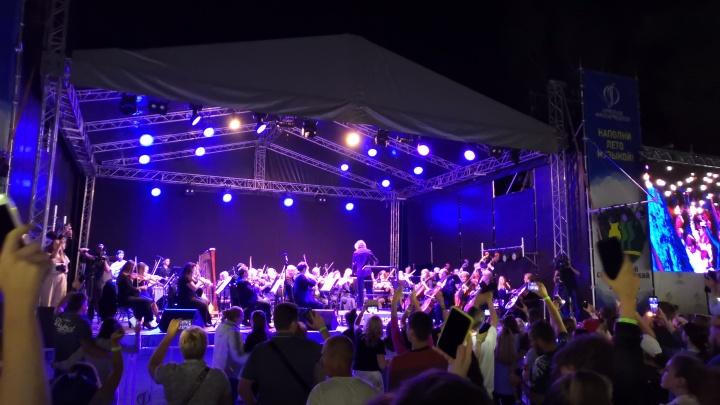 Омский симфонический оркестр исполнил в парке музыкуScorpions