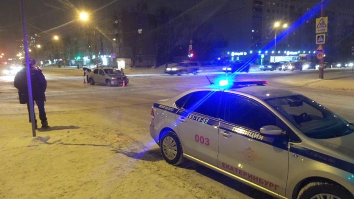 «Лежит, не встаёт»: на ЭльмашеRenault сбил человека