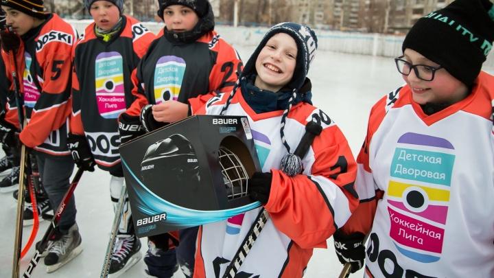 Хоккей возвращается во дворы: мальчишек одной из секций города одели в новую спортивную форму