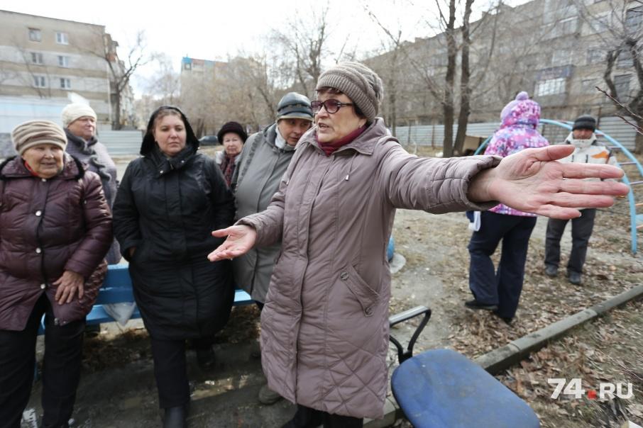 Жители большой группой вышли во двор, чтобы не пустить рабочих на площадку