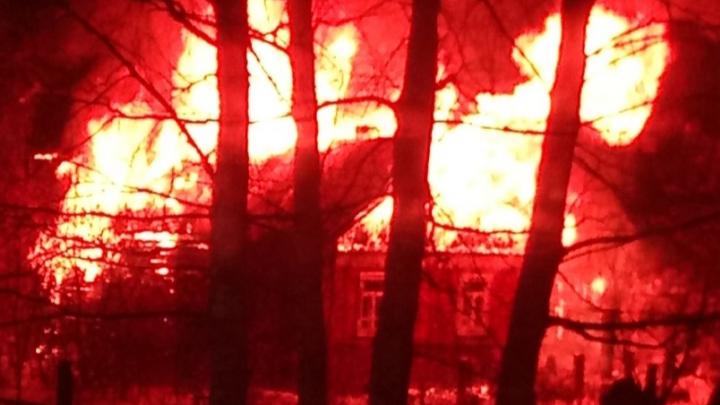 В Перми сгорел частный дом. Очевидцы говорят, что в нем жила многодетная семья