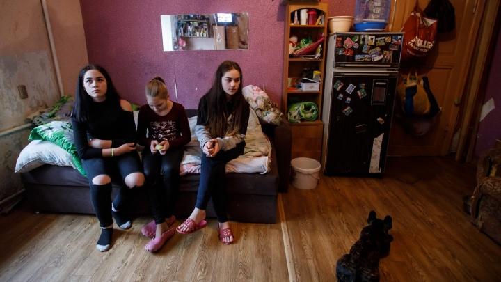«Могу поменяться местами с мэром»: в Волгограде мать-одиночка с тремя дочерьми ютится на 19 метрах памятника