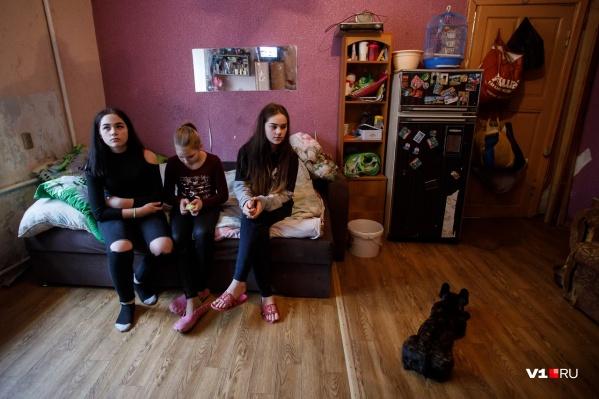 Многодетная мать уверена, что ее очередь на жилье подойдет, когда все дочери вырастут и выйдут замуж