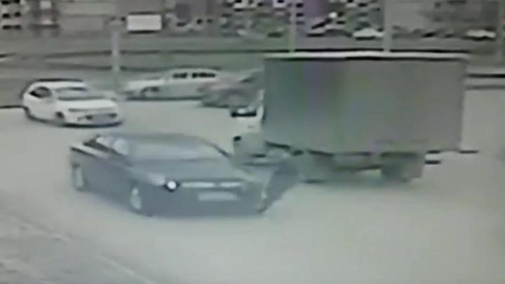 Волгоградская полиция разыскивает водителя, сбившего 12-летнего школьника в Волжском: видео