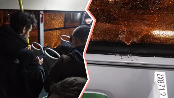 Будто пуля пробила стекло: тюменские пассажиры вызвали полицию из-за разбитого окна маршрутки