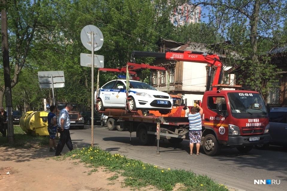 По словам автомобилиста, эвакуатор забрал полицейскую машину недалеко от ТЦ «Этажи»