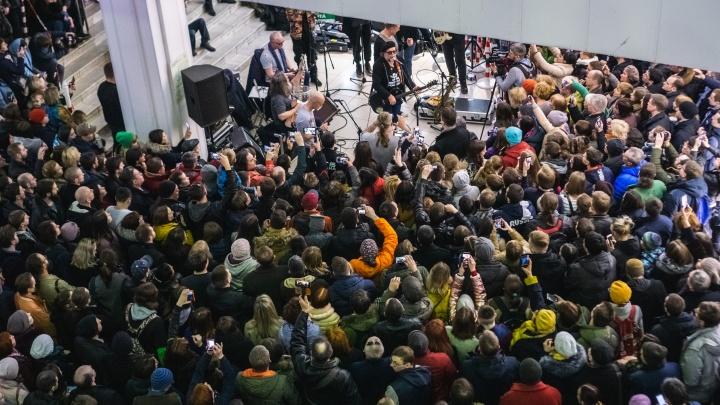 «Боря, давай!»: фоторепортаж о том, как Борис Гребенщиков пел четыре песни для сотен омичей