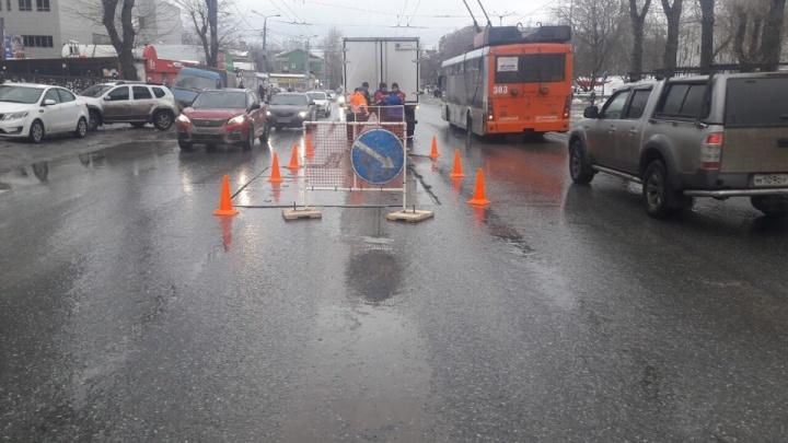 В Перми возле ДК Солдатова на дороге просел грунт