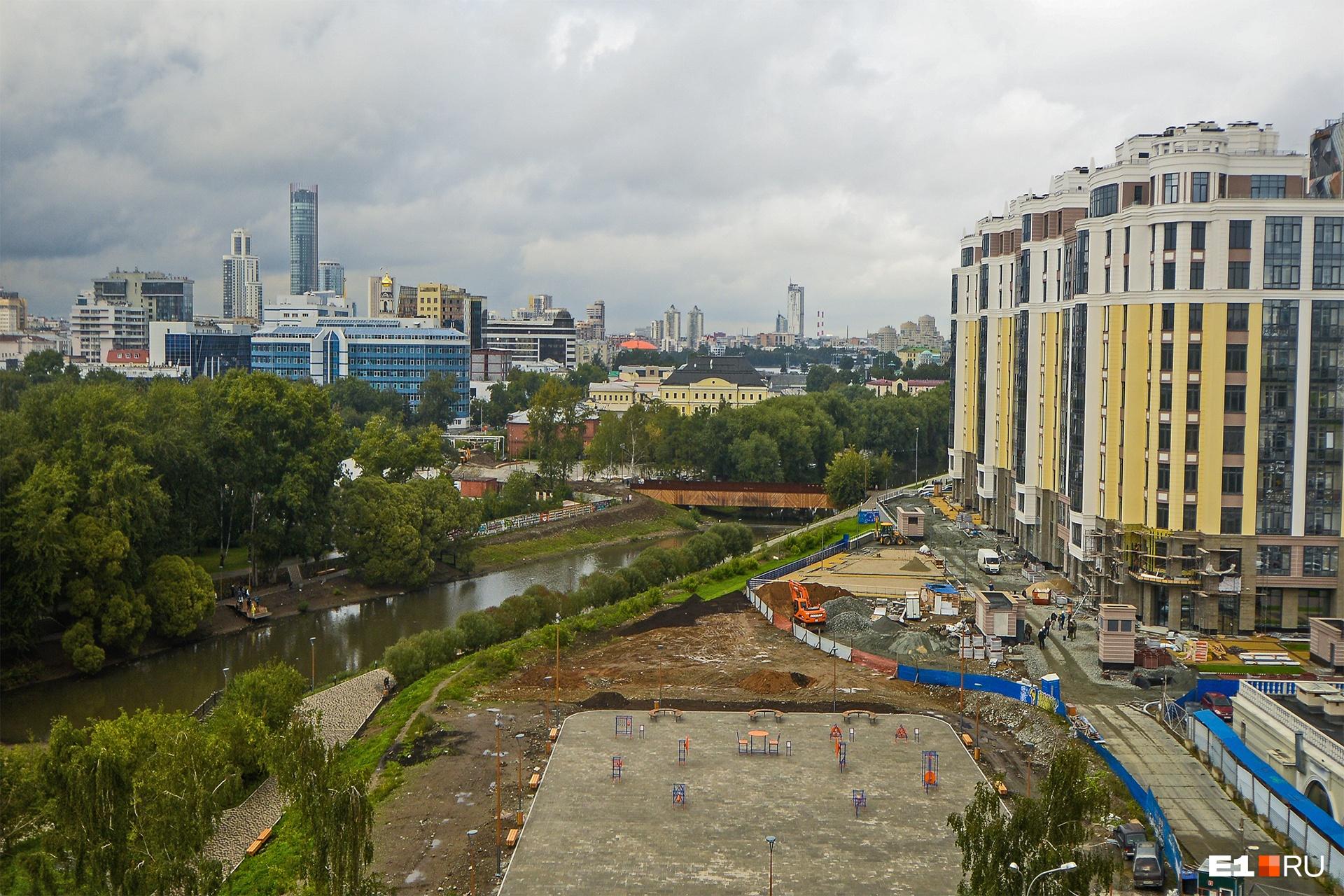 Вдали виднеется «Екатеринбург-Сити»