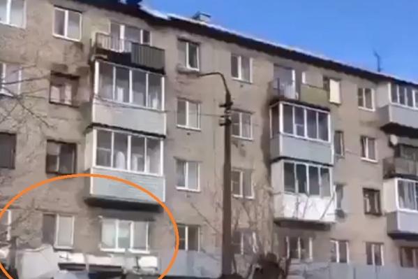 Слетавшие с крыши железные листы не остановили рабочих