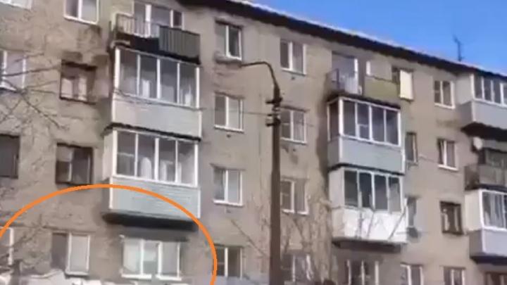 «А так можно было?»: варварскую уборку снега с крыши в Волгограде сняли на видео