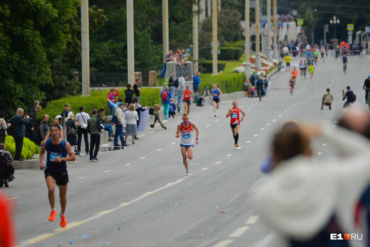Екатеринбург вновь перекроют для бегунов: организаторы забегов объяснили, почему не уходят из центра