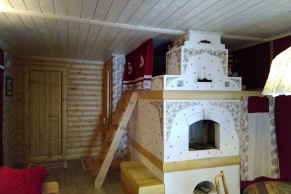 Красивая русская печь стоит в комнате отдыха
