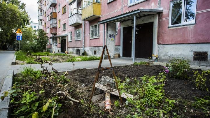 «Я туда полетела»: пенсионерка провалилась в люк во дворе дома на «Гагаринской»
