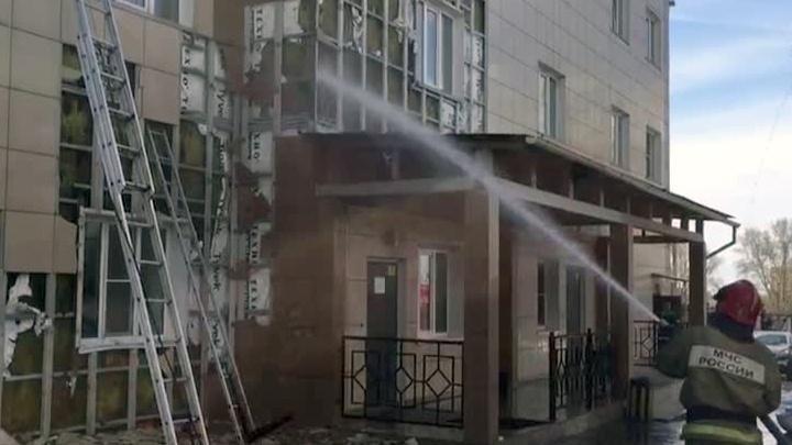 Видео: пожарные тушат фасад загоревшегося здания на Декабристов