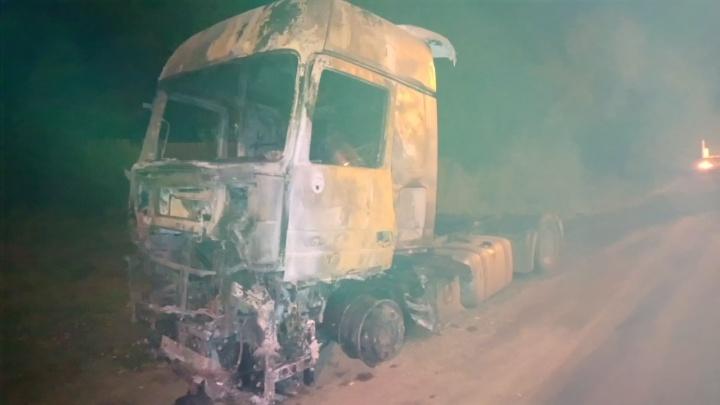 Из-за короткого замыкания на дороге выгорела фура с прицепом