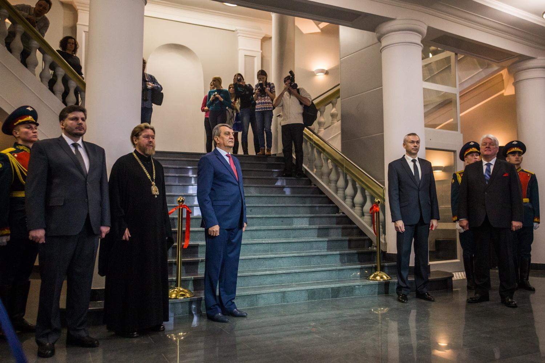 Сергей Меняйло и Андрей Травников у перерезанной красной ленты