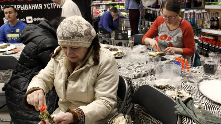 Новосибирцы собрались в гипермаркете на краю города, чтобы научиться вскрывать ножом морских гадов