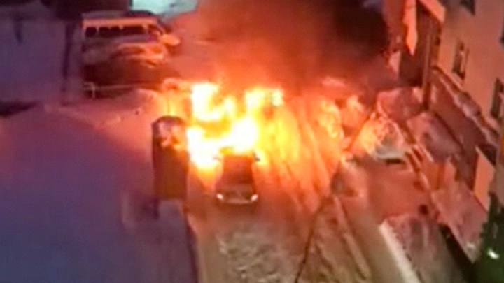 Во дворе на Горском сгорелиHyundai иMercedes-Benz — проезд на пожар был затруднён