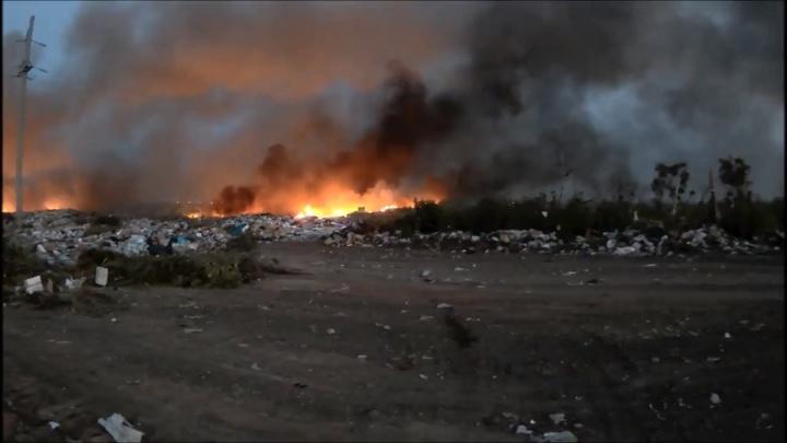 Под Волгоградом вечером загорелась свалка: видео крупного пожара
