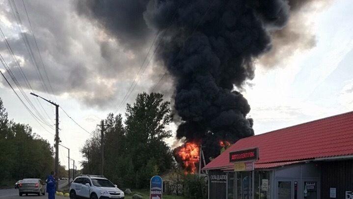 «Сначала горел, а потом взорвался»: в Ярославле 30 пожарных тушили бензовоз