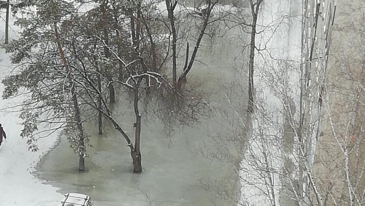С первым потопом: двор девятиэтажки в Ленинском районе ушёл под воду