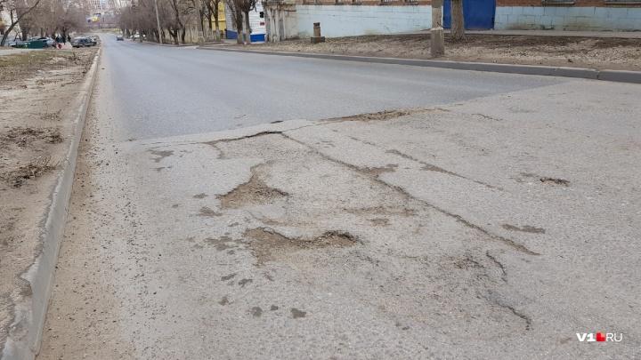 «Трещит, как лоскутное одеяло»: дорога в центре Волгограда ползет на части после ремонта «Концессий»