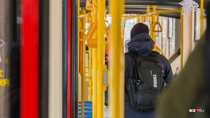 На поручнях в общественном транспорте Самары установят кассовые аппараты