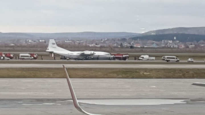 Самолёт Ан-12, вылетевший из Челябинска, совершил аварийную посадку в Кольцово